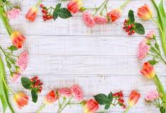 Bloemenkader met de lentebloemen en vlinders Stock Foto