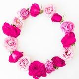 Bloemenkader met roze roze bloemen op witte achtergrond Vlak leg, hoogste mening De textuur van bloemen Stock Foto