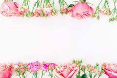 Bloemenkader met roze rozen op witte achtergrond Vlak leg, hoogste mening Bloemen achtergrond Stock Foto