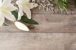 Bloemenkader met witte calla, lelies op houten achtergrond Gestileerde marketing fotografie De ruimte van het exemplaar De kaart  Royalty-vrije Stock Fotografie