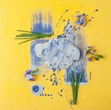 Bloemenklok en shnits uien op een geel-purpere kunstachtergrond Stock Foto's