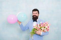 Bloemenlevering Heren romantische datum De groeten van de verjaardag Vertrouwen en charisma Het kostuumboog van de mensen gebaard royalty-vrije stock afbeeldingen