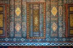 Bloemenornamenten van houten ingebedde die kasten met gekleurde geometrische patronen, Kaïro, Egypte worden geschilderd stock foto's