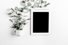Bloemenpatroon met groene bladeren op wit achtergrond hoogste meningsmodel Royalty-vrije Stock Afbeeldingen