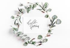 Bloemenpatroon met groene bladeren op wit achtergrond hoogste meningsmodel Royalty-vrije Stock Foto