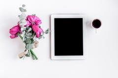 Bloemenpatroon met heldere bloem op wit achtergrond hoogste meningsmodel Royalty-vrije Stock Afbeeldingen