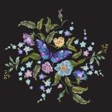 Bloemenpatroon van de borduurwerk het heldere tendens met bloemen en butterf Stock Fotografie