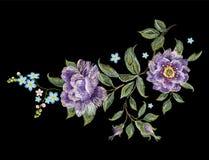 Bloemenpatroon van de borduurwerk het kleurrijke tendens met purpere rozen Royalty-vrije Stock Afbeeldingen