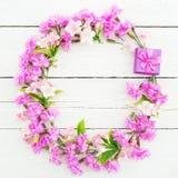 Bloemenpatroon van roze bloemen en ringsdoos op witte rustieke achtergrond Vlak leg, hoogste mening Bloemenkaderconcept Stock Foto