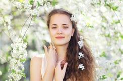 Bloemenportret van leuk meisje in de lente Royalty-vrije Stock Afbeelding