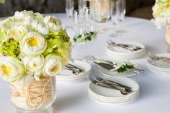 Bloemenregeling bij een huwelijksceremonie royalty-vrije stock afbeeldingen