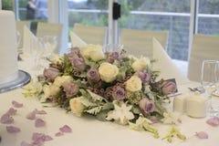 Bloemenregeling op bruids lijst Stock Afbeeldingen