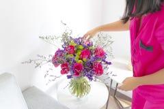 Bloemenregeling van rozen en limoniums die de woonkamer verfraaien stock afbeeldingen
