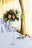 Bloemenregeling voor de lijst van het decoratiehuwelijk voor gasten Zaal Stock Foto's
