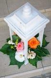 Bloemenregeling in witte tribune Stock Afbeelding