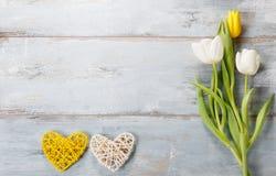 Bloemensamenstelling Frame van witte bloemen op blauwe achtergrond wordt gemaakt die Stock Foto's