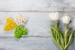 Bloemensamenstelling Frame van witte bloemen op blauwe achtergrond wordt gemaakt die Stock Fotografie
