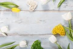 Bloemensamenstelling Frame van witte bloemen op blauwe achtergrond wordt gemaakt die Royalty-vrije Stock Foto