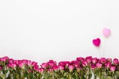 Bloemensamenstelling Het kader van rood wordt gemaakt nam op witte houten achtergrond die toe Vlak leg, hoogste mening, exemplaar royalty-vrije stock afbeelding