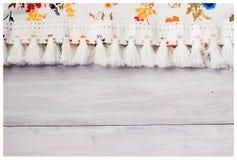 Bloemenstof op witte houten achtergrond stock afbeelding
