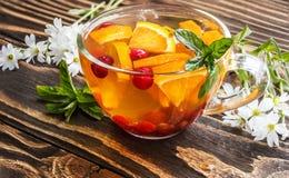 Bloementhee met sinaasappel, Amerikaanse veenbes, munt en ijs Royalty-vrije Stock Foto's