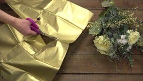 Bloemist aan het werk die bloemen schikken in een boeket stock videobeelden