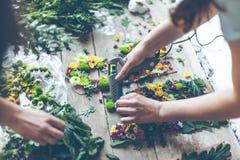 Bloemist die bloemdecoratie maakt royalty-vrije stock afbeeldingen