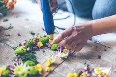 Bloemist die bloemdecoratie maakt stock afbeeldingen