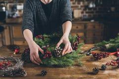 bloemist die de kroon van de Kerstmisspar maken royalty-vrije stock afbeeldingen