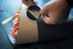Bloemist die mooi boeket houden Stock Fotografie