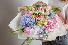 Bloemist op het werk Maak Sereniteits tot hydrangea hortensia rijk boeket Bloemen in hun handen royalty-vrije stock afbeelding