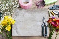 Bloemist op het werk Vrouw die boeket van de bloemen van de de lentefresia maken Royalty-vrije Stock Fotografie