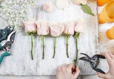 Bloemist op het werk Vrouw die boeket van roze rozen maken Royalty-vrije Stock Afbeelding