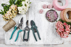 Bloemist op het werk Vrouw die boeket van roze rozen maken Stock Afbeelding