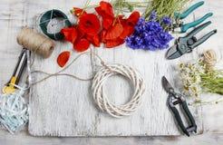Bloemist op het werk Vrouw die rieten kroon met wilde bloem verfraaien Royalty-vrije Stock Foto