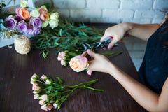 Bloemist op het werk. Vrouw die tot de lente maken bloemendecoratie Royalty-vrije Stock Foto