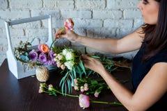 Bloemist op het werk. Vrouw die tot de lente maken bloemendecoratie Royalty-vrije Stock Fotografie