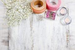 Bloemist op het werk Vrouw die tot de lente maken bloemendecoratie stock foto