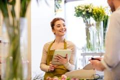 Bloemistvrouw en man die orde maken bij bloemwinkel Stock Foto's