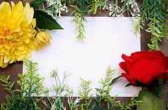Bloemkader met wit Leeg Document op Houten Achtergrond Stock Foto