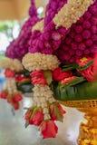 Bloemkegels met jasmijnslinger en rode rozen voor Boeddhistische verordende ceremonie Stock Foto