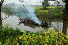 Bloemkolen nearand boot in rivier in de lente Royalty-vrije Stock Fotografie