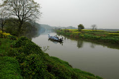 Bloemkolen nearand boot in rivier in de lente Stock Foto's