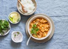 Bloemkool, aardappelkerrie en rijst Heerlijke vegetarische lunch, op een blauwe achtergrond stock foto