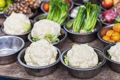 Bloemkool en andere groenten op verkoop stock foto