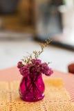 Bloempot op openluchtlijstkoffie Royalty-vrije Stock Fotografie
