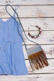 Bloemrijk diadeem, jeanszak, blouse royalty-vrije stock foto