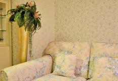 Bloemrijke woonkamer en bankstoel Stock Foto's