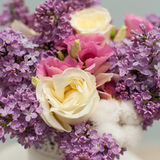 Bloemsamenstelling met sering en rozen Royalty-vrije Stock Fotografie