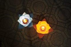 Bloemslingers en gekleurde lantaarns voor het vieren van de verjaardag van Boedha ` s in Oostelijke cultuur Zij worden gemaakt va stock foto